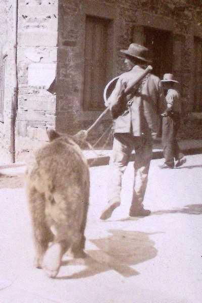 détail d'une photo. L'homme et son ours traversent le Grand Chemin ou rue de Lyon