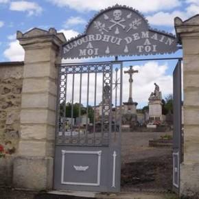 La surprenante entrée du cimetière de Saint Denis-sur Coise.